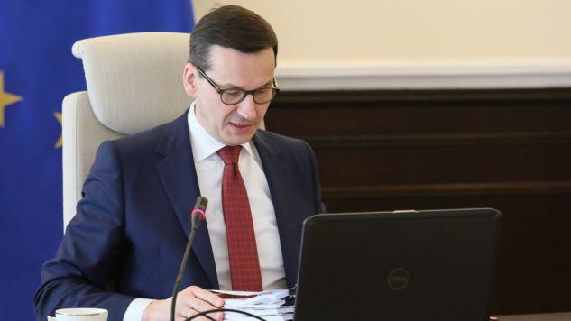 Premier Mateusz Morawiecki podpisał zarządzenie powołujące Międzyresortowy Zespół do Spraw Przeciwdziałania Propagowaniu Faszyzmu  (fot. Twitter/KPRM)