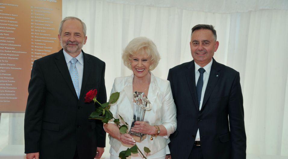 Krystyna Loska odbiera jubileuszową nagrodę (fot. Ireneusz Sobieszczuk/TVP)