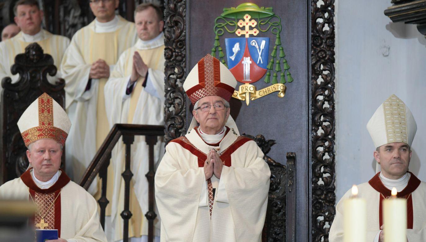 Metropolita gdański abp Sławoj Leszek Głódź (C) podczas mszy św. w archikatedrze oliwskiej (fot. PAP/Adam Warżawa)