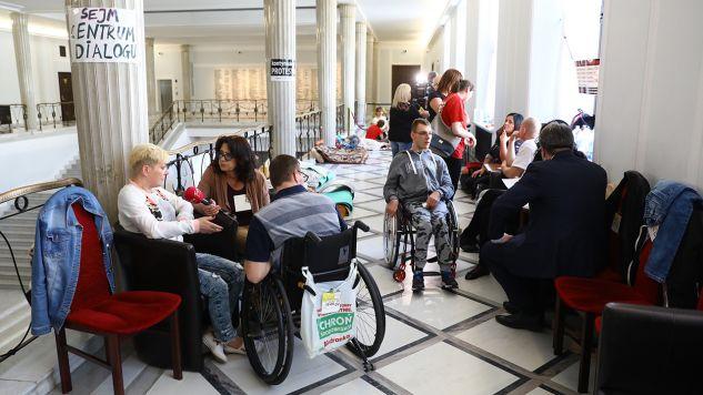 Minister rodziny, pracy i polityki społecznej spotkała się z rodzicami osób niepełnosprawnych, którzy protestują w Sejmie (fot. PAP/Rafał Guz)