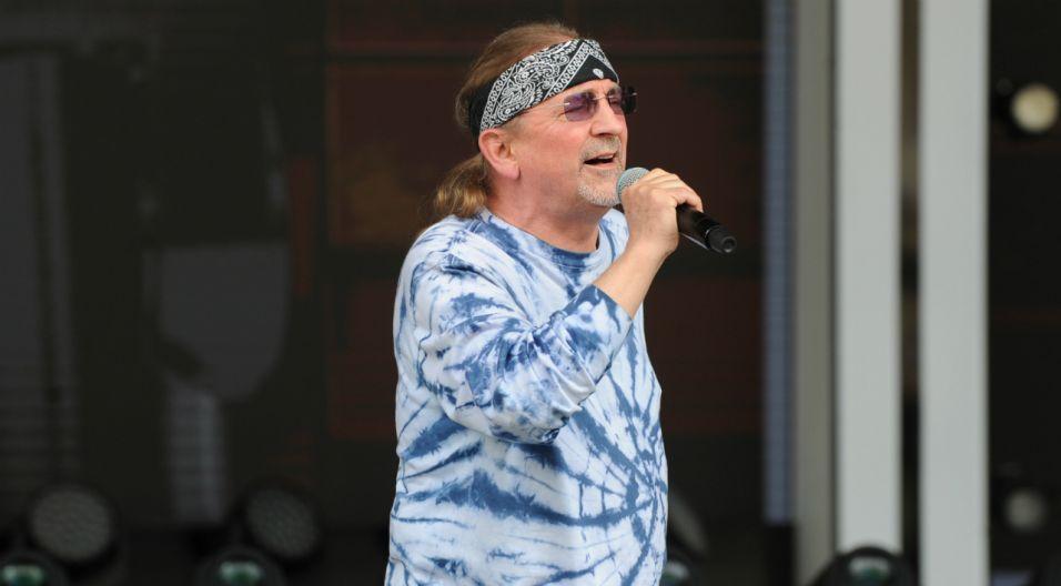 Na próbie Marek Piekarczyk wygląda dość łagodnie jak na pieśniarza rockowego  (fot. Natasza Młudzik/TVP)