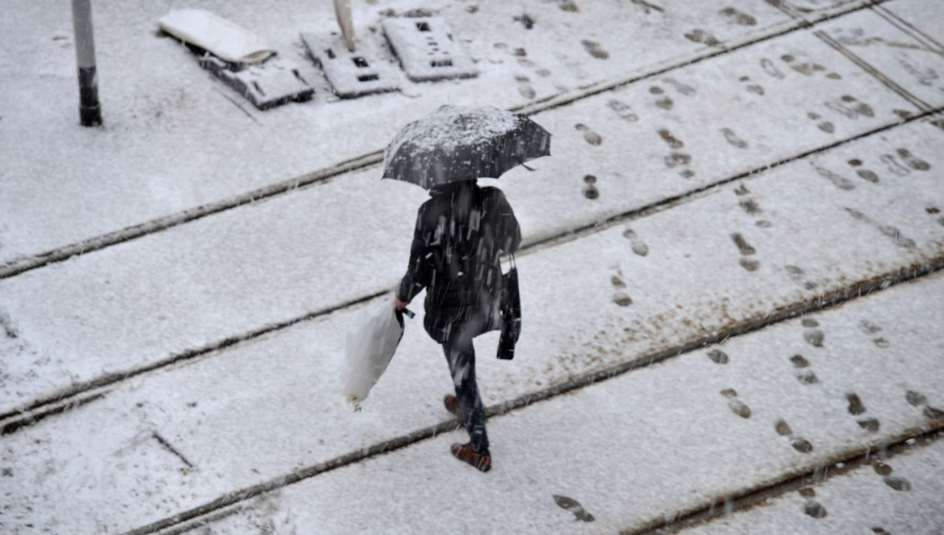 IMGW ostrzega, że drogi i chodniki mogą być śliskie (fot. PAP/Marcin Bielecki)