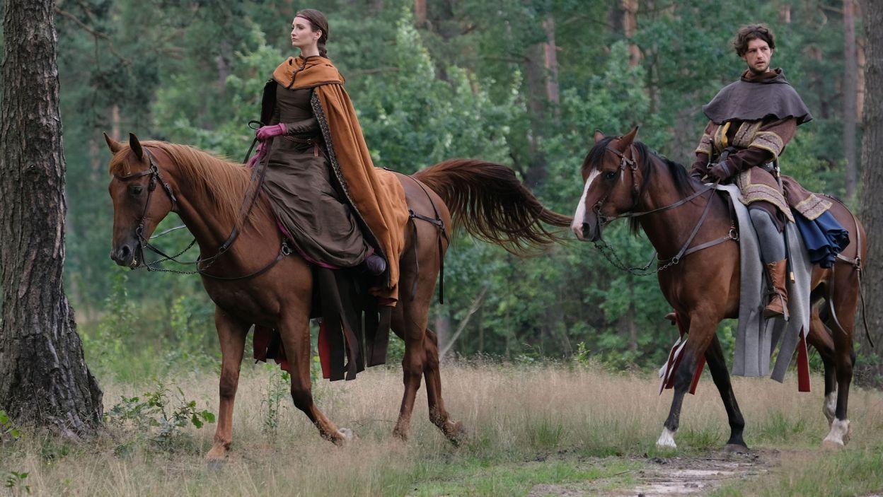 Dwórka i rycerz jadą do Świdnicy. Guncel nie może oderwać wzroku od niewiasty i stara się z nią porozmawiać (fot. TVP)