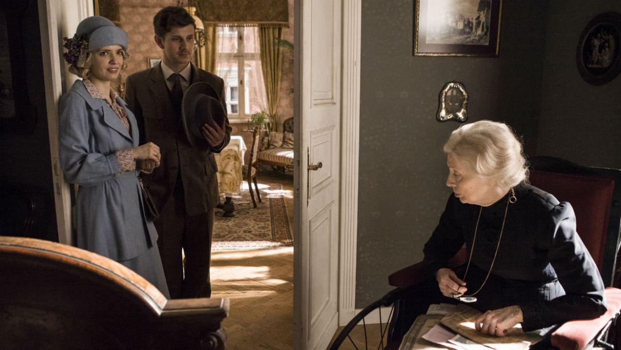 Marynia postanawia opowiedzieć o sprawie babci Emilii. Przedstawia jej Michała (fot. TVP)