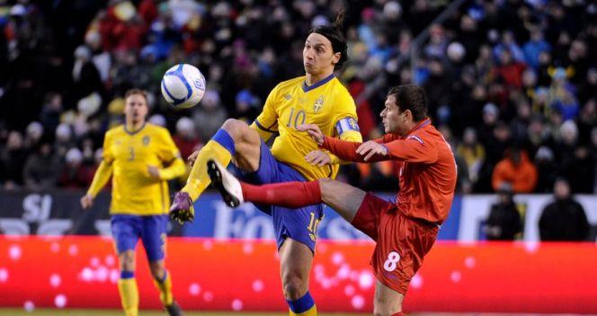 Zlatan Ibrahimović (L) w meczu z Mołdawią przestrzelił rzut karny. Obok Eugeniu Cebotaru (fot. PAP/EPA)