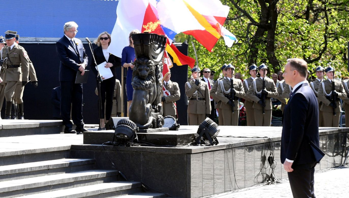 Uroczystości upamiętniające 75. rocznicę wybuchu powstania w getcie warszawskim  przed Pomnikiem Bohaterów Getta (fot. PAP/Radek Pietruszka)
