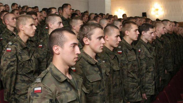 Absolwenci będą mogli wziąć udzial w szkoleniach poligonowych zakończonych przysięgą wojskową (fot. MON)