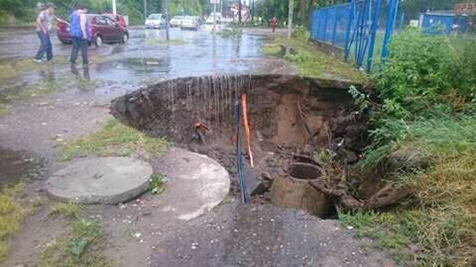 Deszczówka wymyła dziurę na jednej z ulic Bydgoszczy (fot. Andzej Komorski)