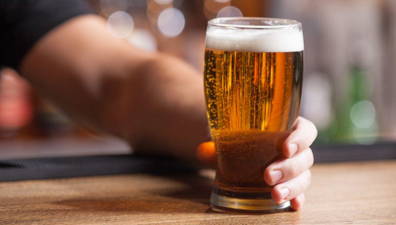 Kierowcy uważają, że wypicie piwa jest dozwolone bezpośrednio przed jazdą – wynika z badań (fot. Shutterstock/BlueSkyImage)