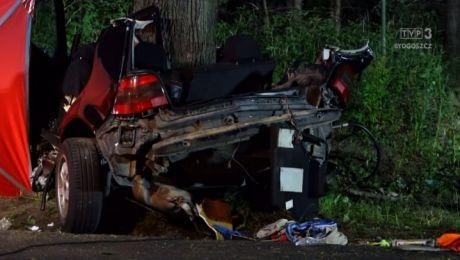 W rozbitym aucie zginęły dwie osoby (fot. tvbrodnica.pl)
