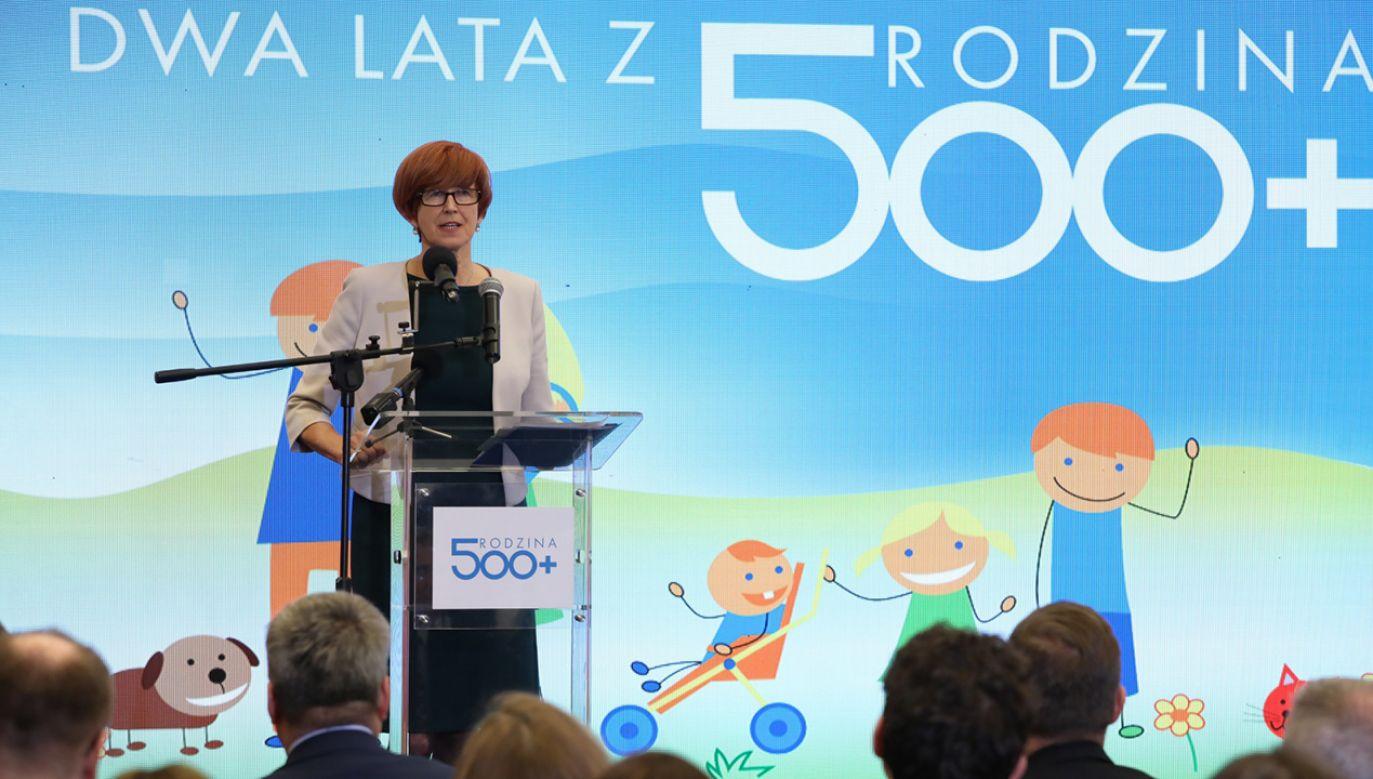 Minister pracy, rodziny i polityki społecznej Elżbieta Rafalska podczas konferencji prasowej podsumowującej dwa lata programu