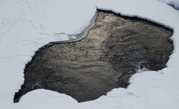 Ryzykują życiem wchodząc na lód