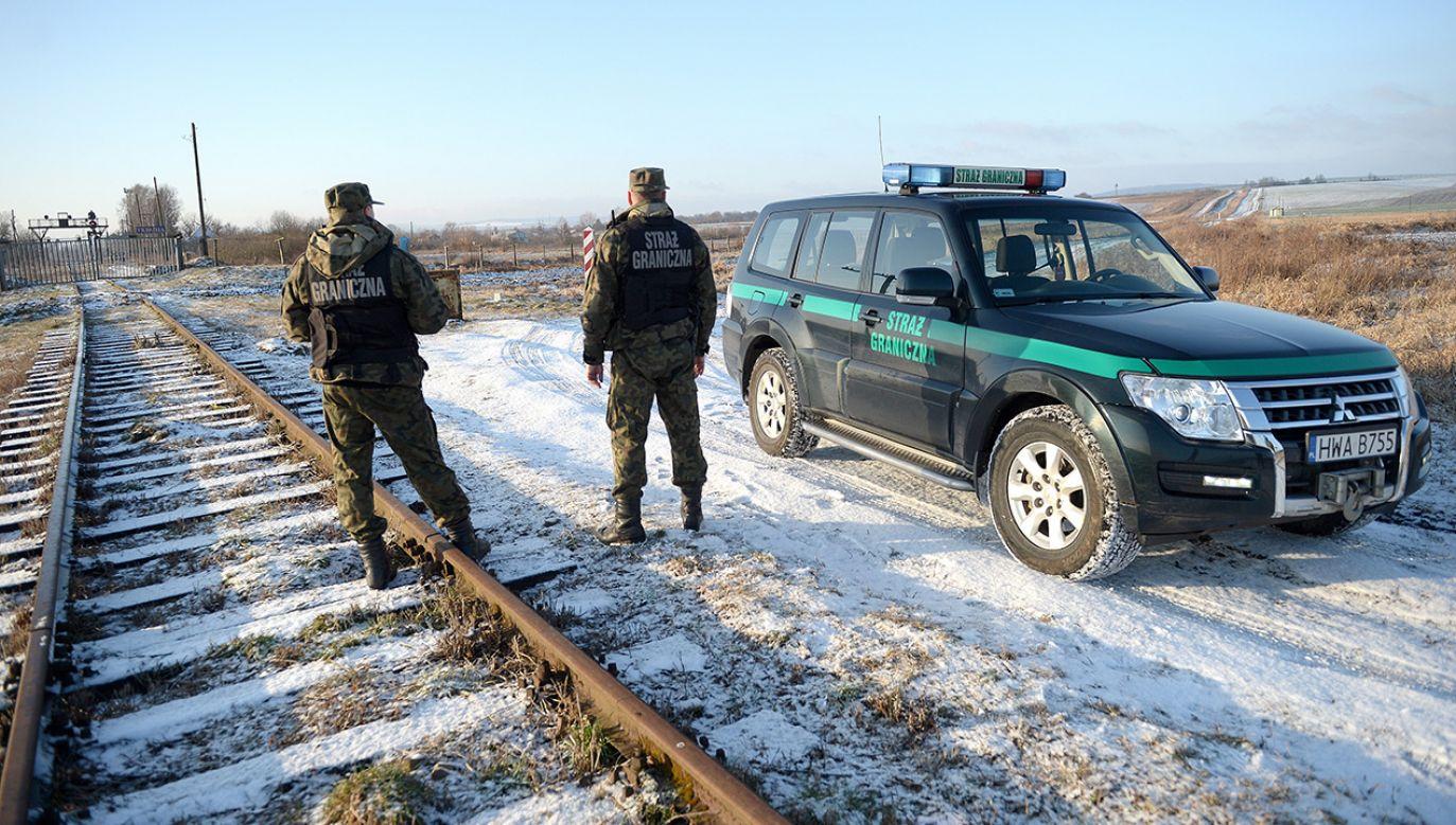 Funkcjonariusze Bieszczadzkiego Oddziału Straży Granicznej podczas patrolu polsko-ukraińskiej granicy w rejonie Malhowic (fot. PAP/Darek Delmanowicz)