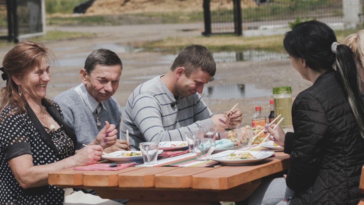 – Bardzo dobre to jest, ale zjemy może zupy? – mama Krzyśka starała się uratować sytuację (fot. TVP)