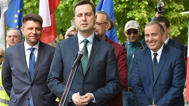 Prezes PSL Władysław Kosiniak-Kamysz (2L), lider Nowoczesnej Ryszard Petru (L), lider KOD Mateusz Kijowski (2P) oraz przewodniczący PO Grzegorz Schetyna (P),  podczas konferencji organizatorów marszu pn.