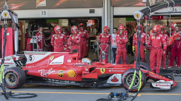 Sędziowie ukarali Vettela 10-sekundowym postojem w strefie serwisowej  (fot. EPA/VALDRIN XHEMAJ)