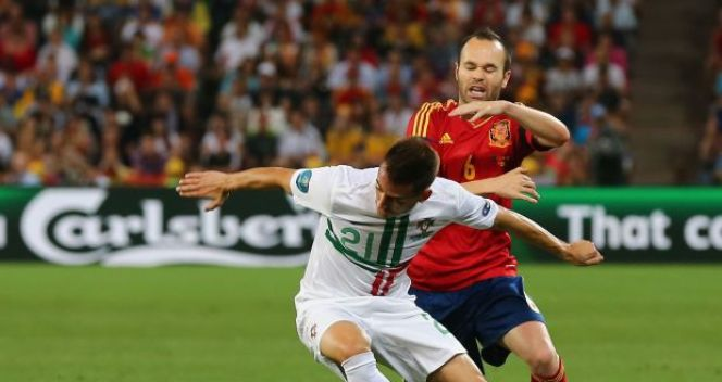 Joao Pereira i Andres Iniesta (fot. Getty Images)