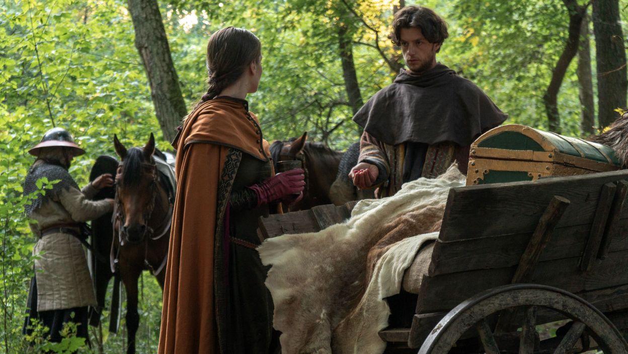 Rano Guncel przynosi Helenie świeże maliny. Ta jednak trzyma go na dystans... (fot. TVP)