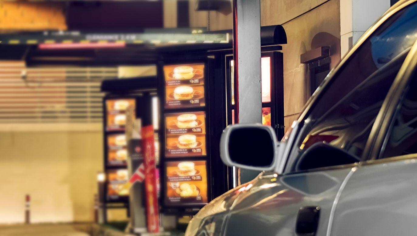 Mężczyzna wszedł do lokalu przez okno do wydawania posiłków (fot. Shutterstock/Seika Chujo)