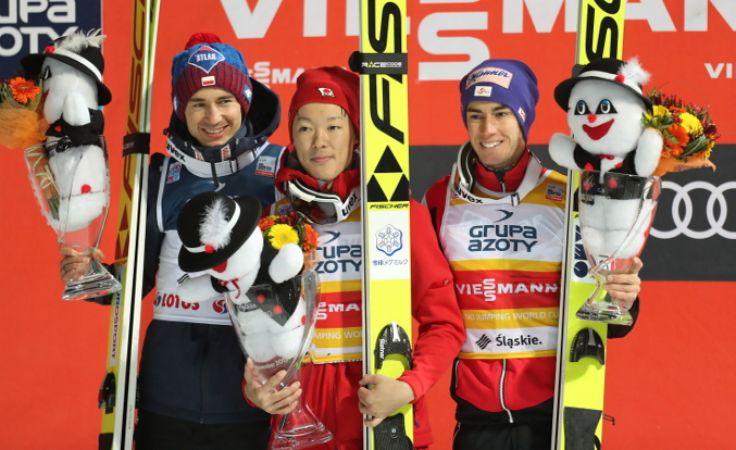 Skoczkowie na podium. Foto. PAP/Grzegorz Momot