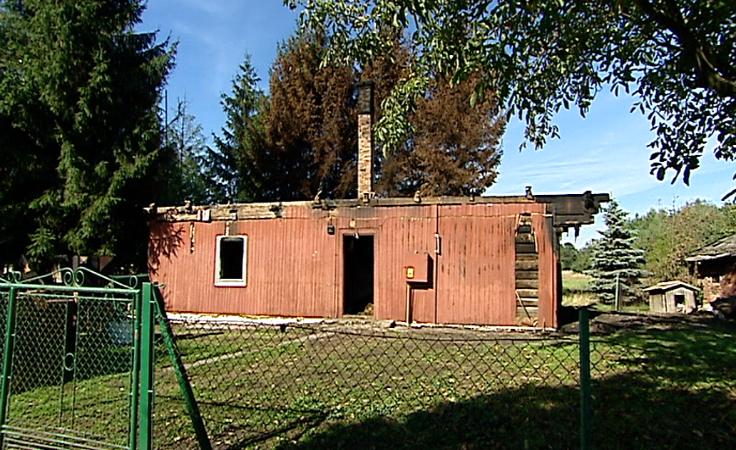 Dom spłonął od uderzenia pioruna.