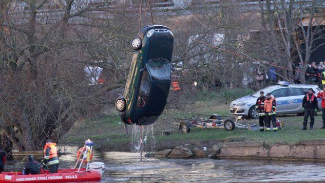 Samochód wyciągnięto z wody dopiero po południu (fot. PAP/Lech Muszyński)