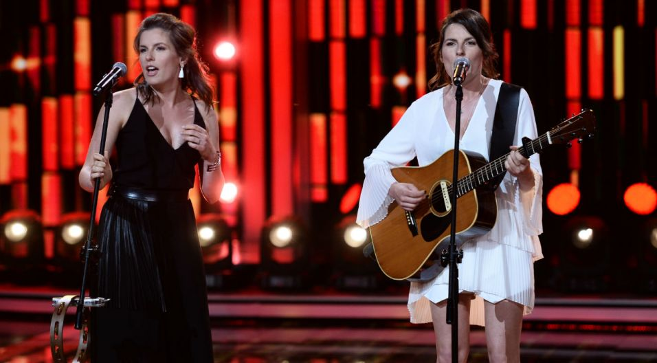 """Swoją nagrodę publiczność przyznała siostrom Melosik, które zaśpiewały piosenkę pt. """"Batumi""""  (fot. TVP)"""