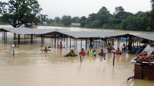 Ulewy spowodowały wystąpienia rzek, powodzie oraz osunięcia terenu (fot. PAP/EPA/NEPALESE ARMY)