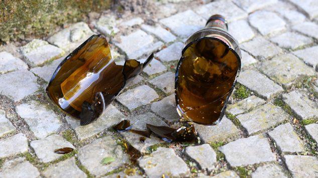 1 kwietnia przy ulicy Piotra Skargi w centrum Katowic sprawca stłuczoną butelką pociał twarze dwóch kobiet (fot. Pixabay/Digitalpfade)