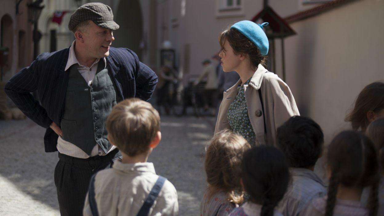 Podczas spaceru podejrzany typ zaczyna śledzić Irkę z dziećmi (fot. TVP)