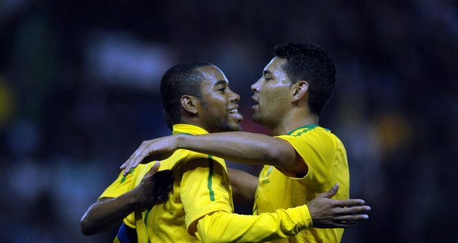 Robinho (L) i Andre Santos gratulują sobie dobrego meczu (fot. PAP/EPA)