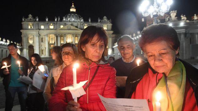 Do modlących się w Watykanie ludzi dołączyły spontanicznie inne osoby (fot. EPA/CLAUDIO PERI)