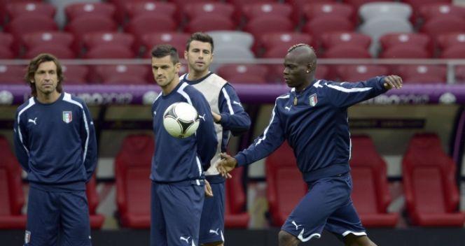 Balotelli jest znany z zamiłowania do żartów i zabaw. W Warszawie próbował dokopać piłką do iglicy stadionu (fot. Getty Images)