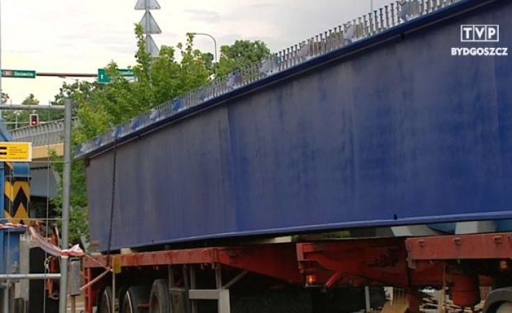 Wiatr przeszkodził w montażu przęsła mostu