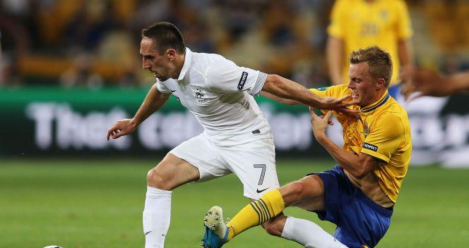 Franck Ribery ucieka przed atakiem Larssona (fot. Getty)
