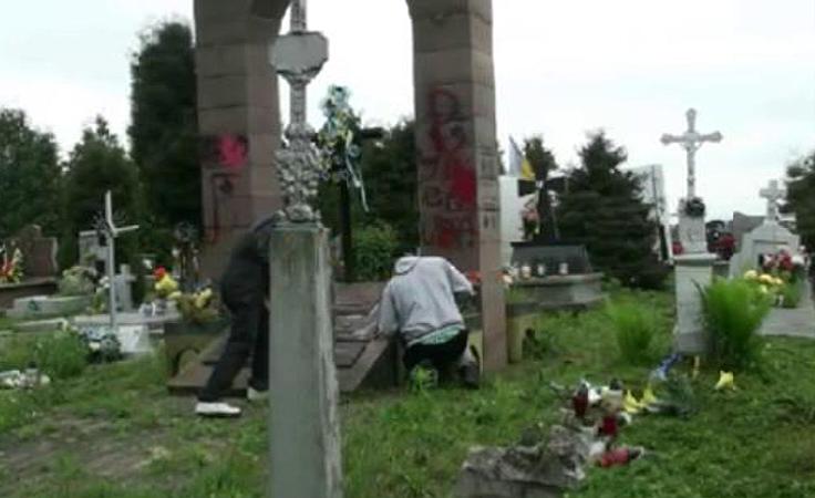 Zdemonotowano tablicę UPA na cmentarzu