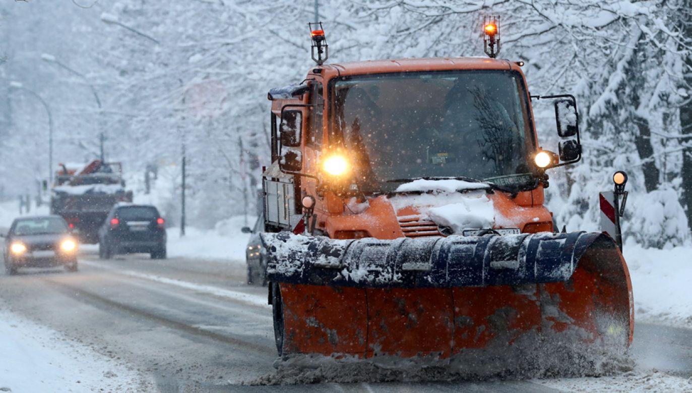 Niemal 2 tys. razy interweniowali w piątek strażacy w związku z opadami śniegu, deszczu i silnym wiatrem (fot. PAP/Grzegorz Momot)