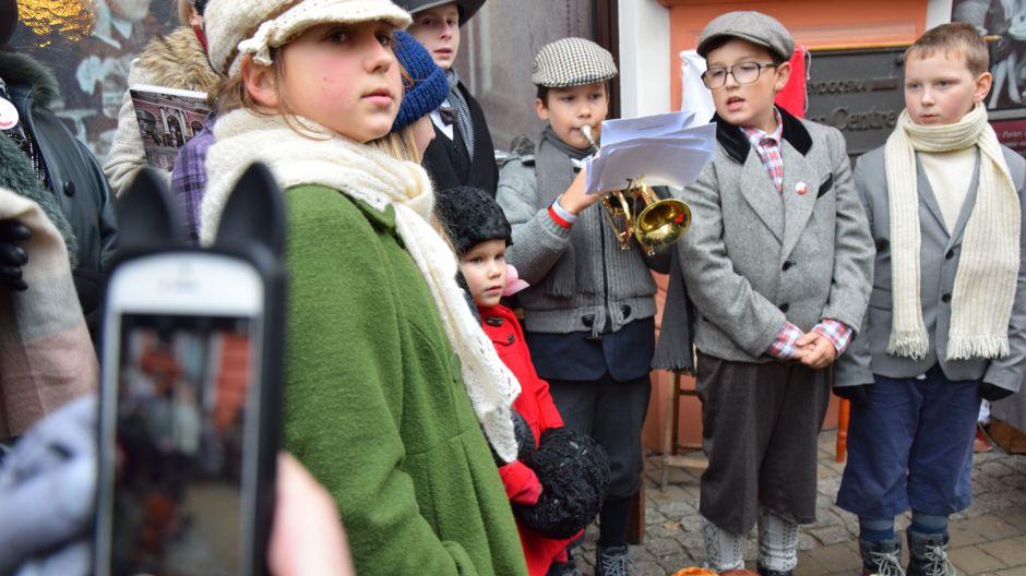 Piotruś trębacz i śpiewacy 7 Bydgoskiej Drużyny Harcerskiej Młode Wilki grali i śpiewali pieśni patriotyczne, zapraszając do tego przechodniów na Gdańskiej (nad. Dorota Sucharska)