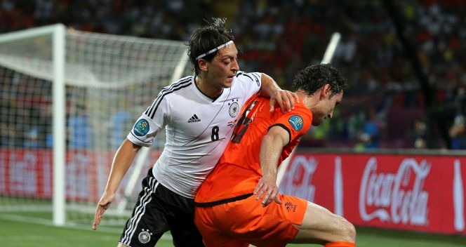 Mesut Oezil atakuje Marka van Bommela (fot. Getty Images)