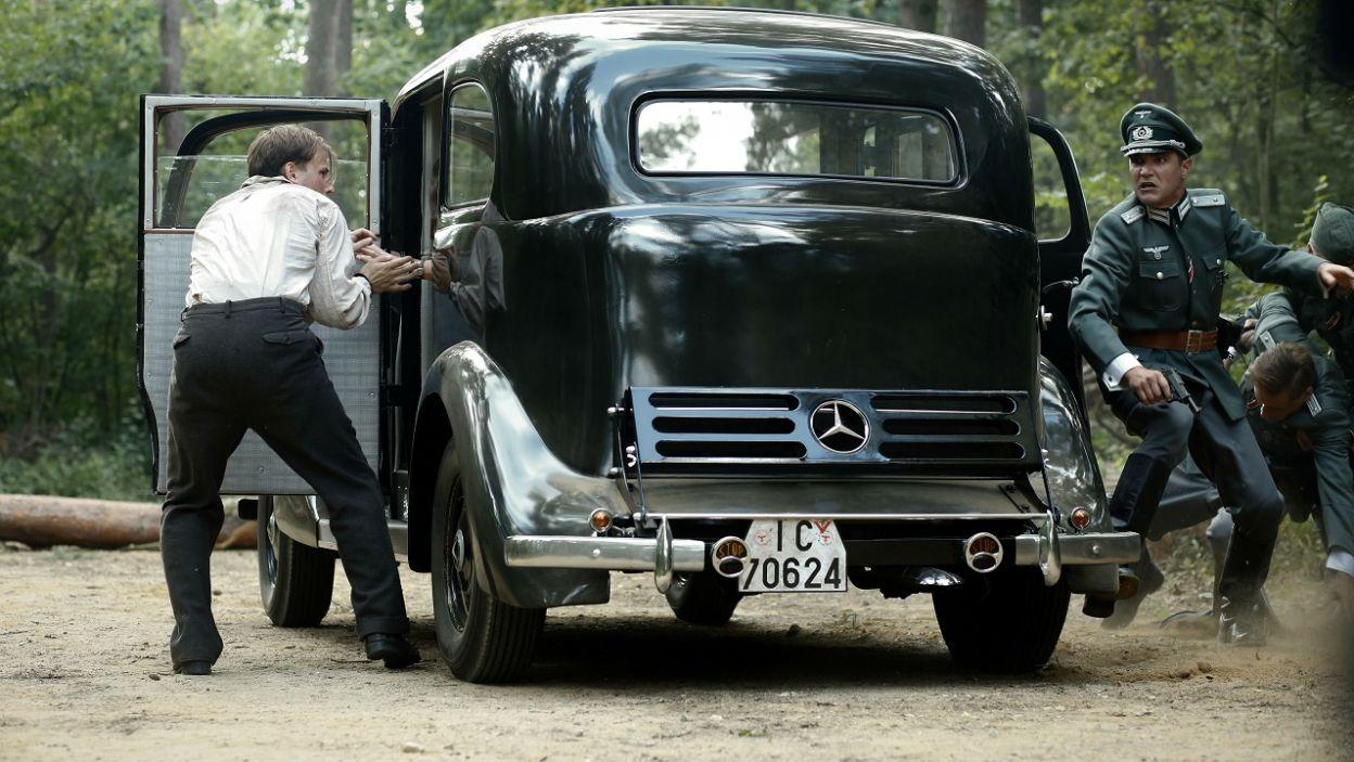 W międzyczasie Kamil i Irka wychodzą z samochodu i uciekają (fot. TVP)