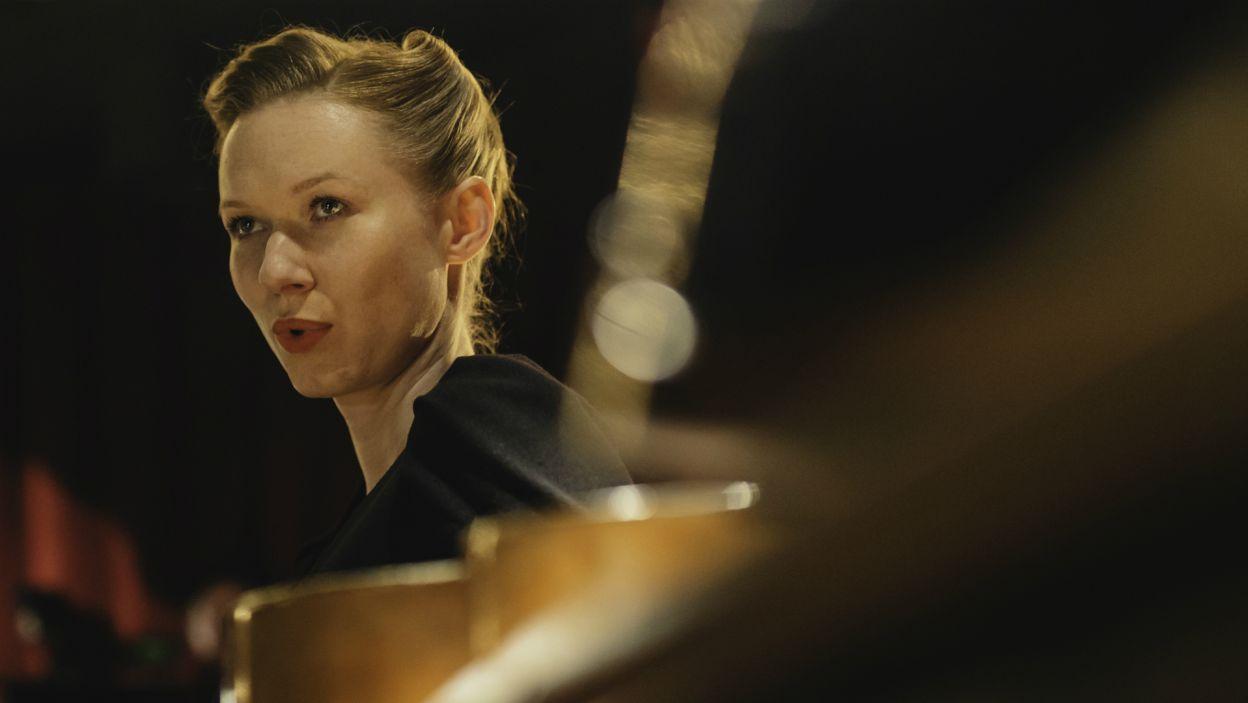 Wspólnie z nim występowały gwiazdy przedwojennej Warszawy, m.in. pianista Władysław Szpilman czy piosenkarka Wiera Gran, której rolę zagrała Katarzyna Dąbrowska (fot. S. Loba/TVP)