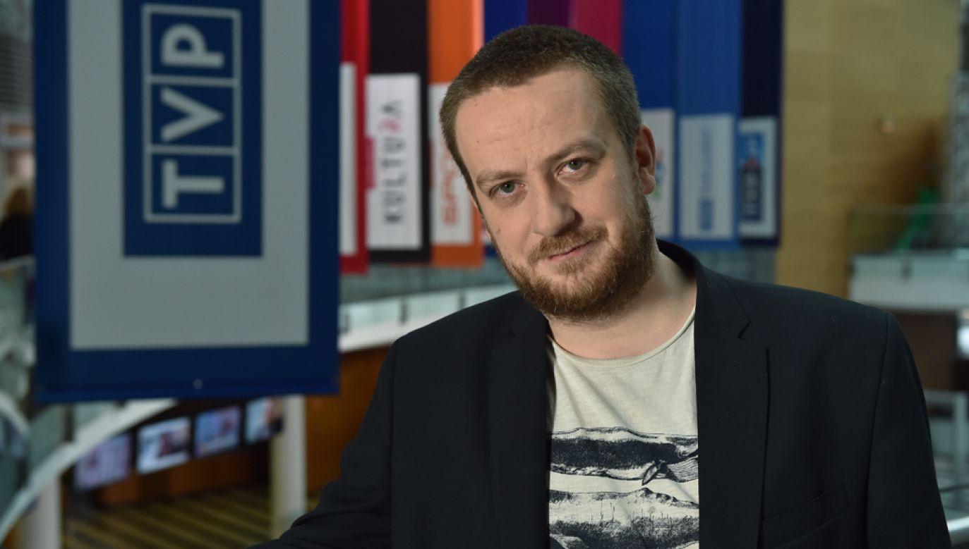 """Mateusz Matyszkowicz jest autorem i prowadzącym program """"Chuligan literacki"""" (fot. TVP/Ireneusz Sobieszczuk)"""