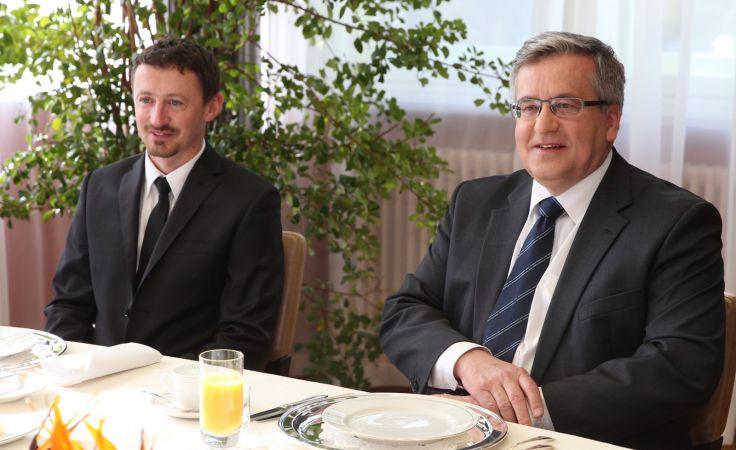 Prezydent RP Bronisław Komorowski i Adam Małysz podczas wspólnego śniadania w Rezydencji Prezydenta - Zamku Górnym w Wiśle, PAP/Andrzej Grygiel