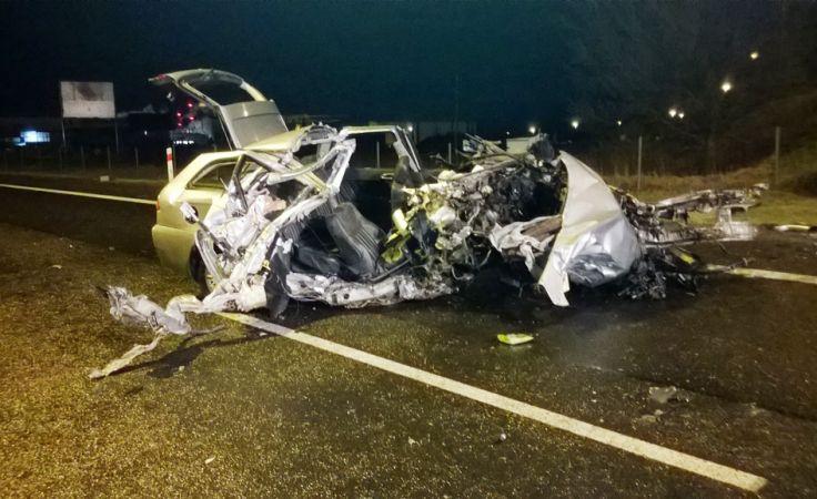 Kierowca zginął w rozbitym doszczętnie aucie (fot. KPP Żnin)