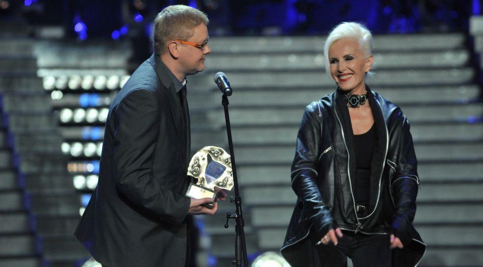 """Na opolskiej scenie została także odznaczona nagrodą dla """"Artysty bez granic"""" (fot.TVP)"""