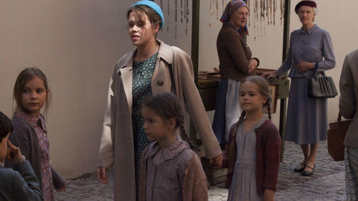 Irka pomaga siostrom zakonnym, wyprowadzając na spacer sieroty. W gronie podopiecznych są też żydowskie dzieci, ukrywane w klasztorze (fot. TVP)
