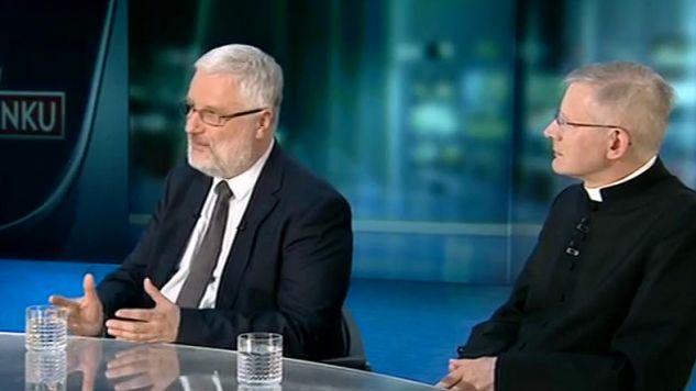 Marcin Przeciszewski (L) i ks. Henryk Zieliński podkreślali, że Kościół nie staje po żadnej ze stron sporu o TK (fot. TVP)