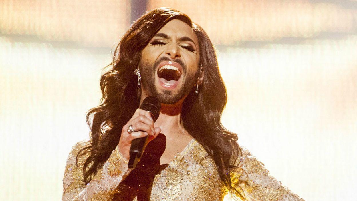"""Przedstawicielka Austrii Conchita Wurst z piosenką """"Rise Like a Phoenix"""" typowana jest przez bukmacherów na zwyciężczynię konkursu (fot. PAP/EPA)"""