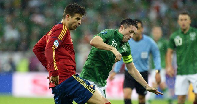Gerard Pique powstrzymuje Robbiego Keane'a (fot. PAP/EPA)