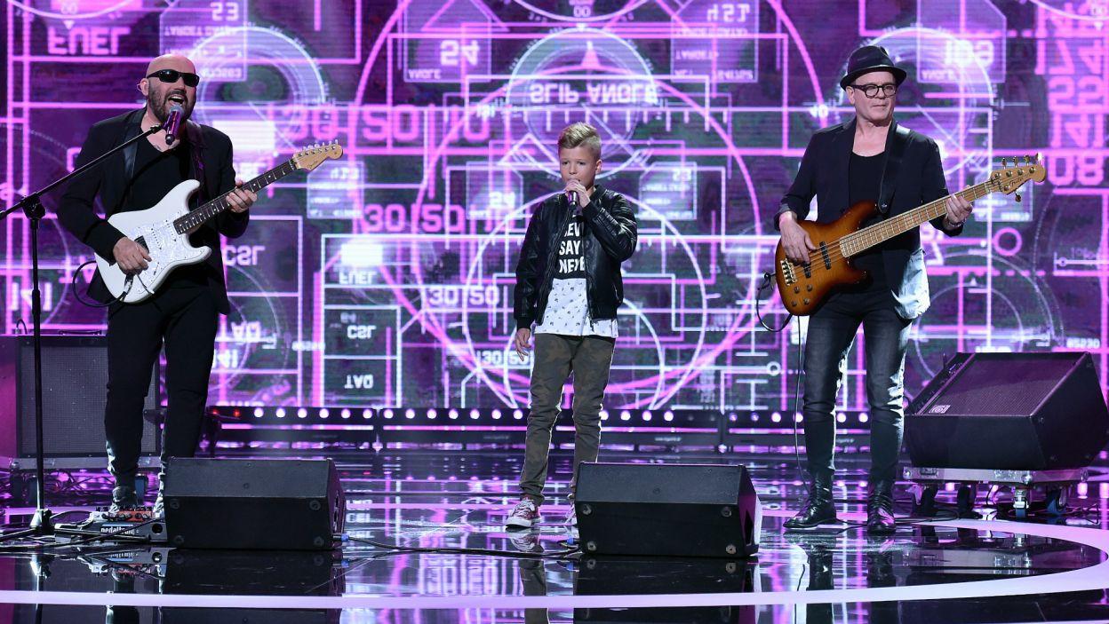 """Różnica pokoleń nie przeszkodziła Piotrowi Nowakowi zaśpiewać """"Pokolenia"""" razem z zespołem Kombii (fot. I. Sobieszczuk)"""
